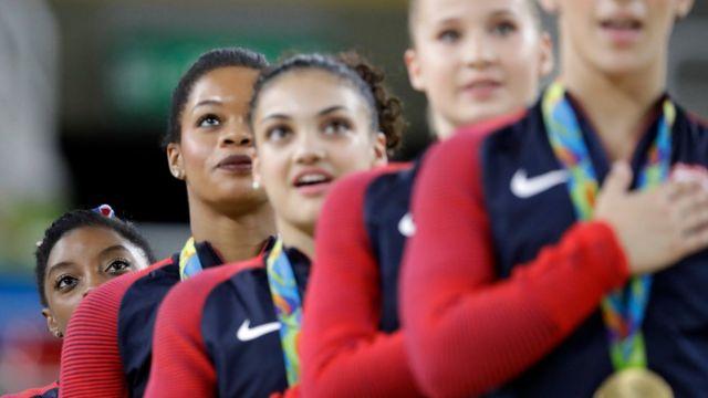 Simone Biles con sus compañeras del equipo de gimnasia estadounidense en las Olimpiadas de Río 2016