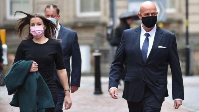 Polis memurları Bettley-Smith ve Monk mahkemeye girerken