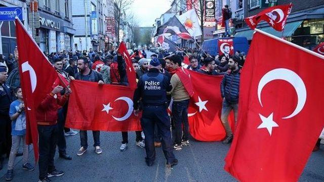 Belçika'da referandum sonucunu kutlayan Türkler