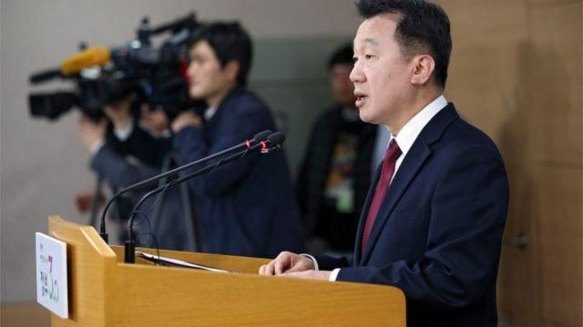 脱北者について会見で説明する韓国統一省の鄭俊熙報道官(8日)
