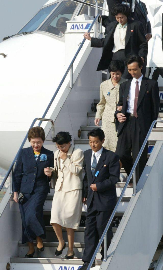 Llegada a Tokyo de cinco japoneses secuestrados por Corea del Norte en octubre de 2002.