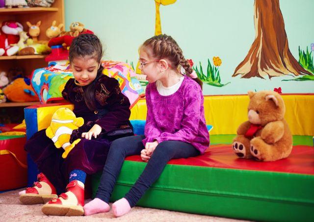 Duas meninas conversando