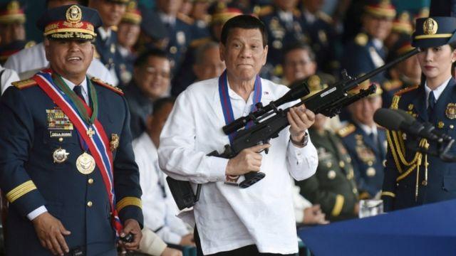El presidente Rodrigo Duterte con un rifle