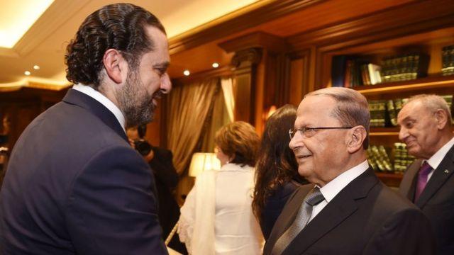 الرئيس اللبناني المنتخب ميشال عون ورئيس تيار المستقبل سعد الحريري يتصافحان