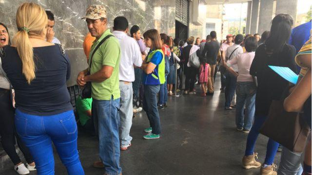Pessoas enfileiradas na Venezuela