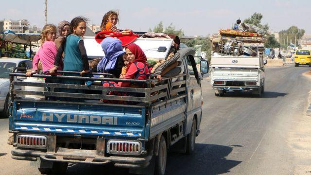 سوريون يتجهون إلى شمال محافظة إدلب
