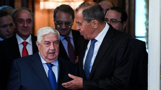 Russian Foreign Minister Sergei Lavrov (R) greets his Syrian counterpart, Walid Muallem, in Moscow (30 August 2018)