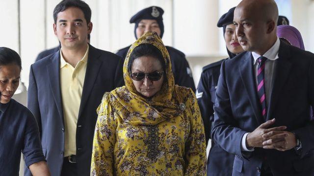 Istri mantan PM Malaysia Najib Razak, Rosmah Mansur meninggalkan pengadilan pada tanggal 25 Oktober.