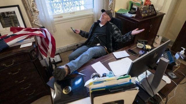 ABD Kongresi'nin basan Trump'ın destekçilerinden biri Temsilciler Meclisi Başkanı Nancy Pelosi'nin ofisine girmişti