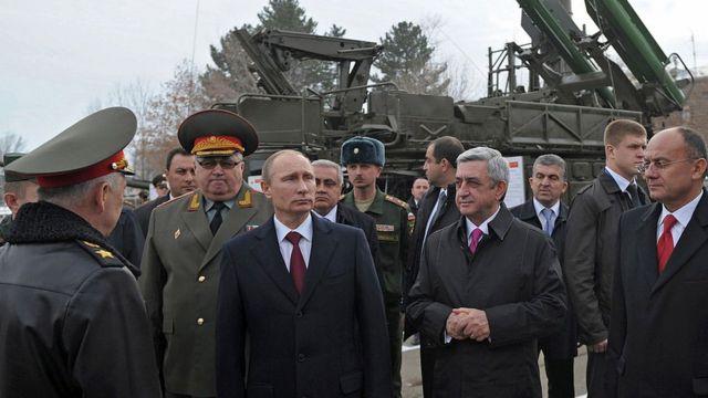 Президенты Владимир Путин и Серж Саргсян на военной базе в Гюмри