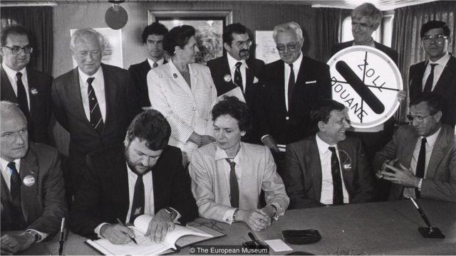 1985-ci ildə beş ölkənin təmsilçiləri Şengen müqaviləsini imzalayırlar