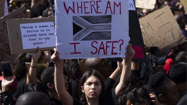 Dezenas de milhares de pessoas protestaram do lado de fora do Parlamento na África do Sul contra violência estimulada pelo gênero
