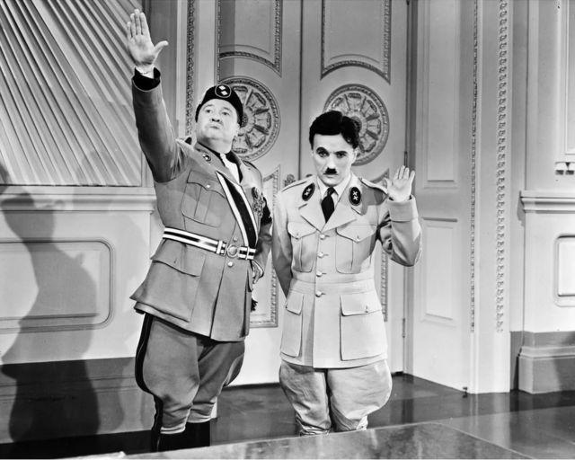 杰克·奥克饰演的意大利独裁者纳帕罗尼与辛克尔相互较劲一幕,两人之行为非常幼稚可笑。(photo:BBC)