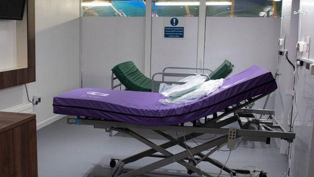 Пустая больничная койка в одной из лондонских больниц