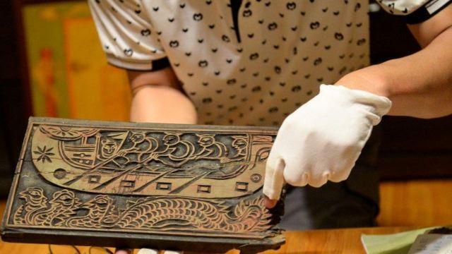 Bản khắc gỗ có 400 năm tuổi đời về hình ảnh Lạc Long Quân.