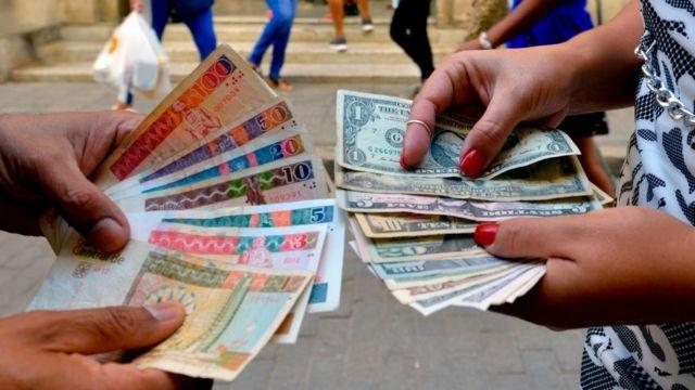Suspenden depósitos de dólares en efectivo en bancos de Cuba