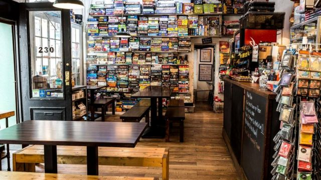 """Стеллаж с играми в нью-йоркском """"игровом кафе"""" The Uncommons"""