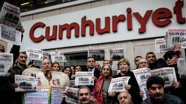 Cumhuriyet gazetesi önünde 1 Kasım 2016'da düzenlenen bir protesto gösterisi