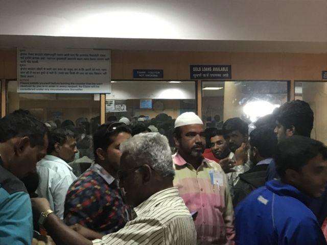 बैंक के बाहर लोगों की भीड़