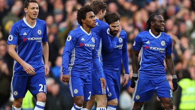 Les joueurs de Chelsea jubilent après le 3e but marqué par Cesc Fabregas à la 85e minute de jeu