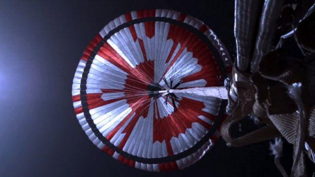 Una foto de la NASA muestra un paracaídas desde el descenso de la perseverancia en Marte.