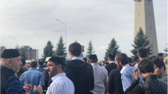 В Ингушетии сотни людей с утра направились к Народному собранию республики