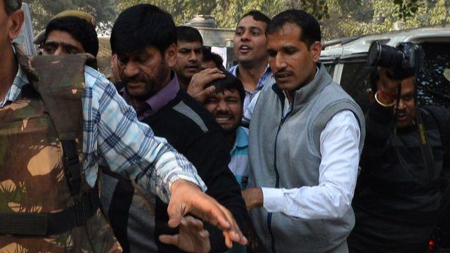 17 फ़रवरी 2016 को कन्हैया कुमार को पटियाला कोर्ट में पेशी के लिए ले जाती पुलिस