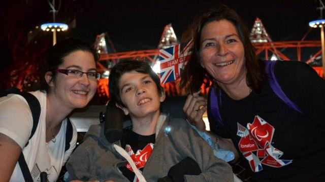 Alex con su hermana Becky y su madre en las Olimpiadas de Londres en 2012.