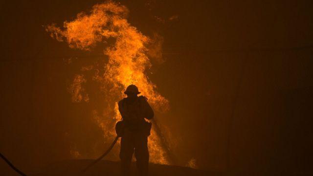 Un bombero intenta contener el incendio.