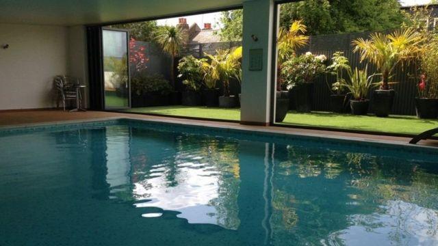 حمام سباحة داخلي في منزل جِليان ميلنر