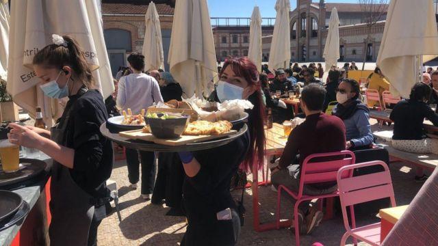 Mesas do restaurante La Francachela no pátio, com funcionários circulando