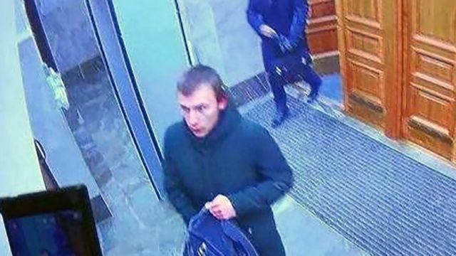 Подозреваемый в совершении взрыва в здании управления ФСБ по Архангельской области. СКР предоставил кадр из записи с камеры наблюдения