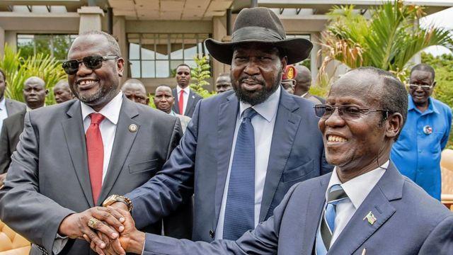Riek Machar (G), le président Salva Kiir (C) et le 2nd Vice President J. W. Igga (G)