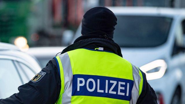 policial alemão aparece de costas