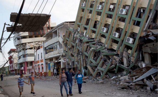 地震で倒壊したポルトビエホの建物(18日)