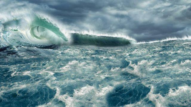Foto ilustrativa de um tsunami, com ondas muito altas