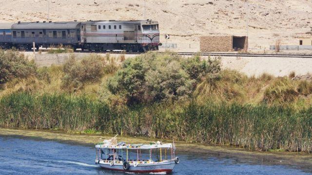 قطار يسافر على ضفاف النيل بين أصوان وإدفو