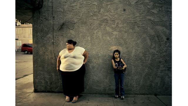 Una mujer latina y una niña.