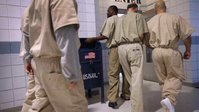 Reos en una centro de detención de Estados Unidos.