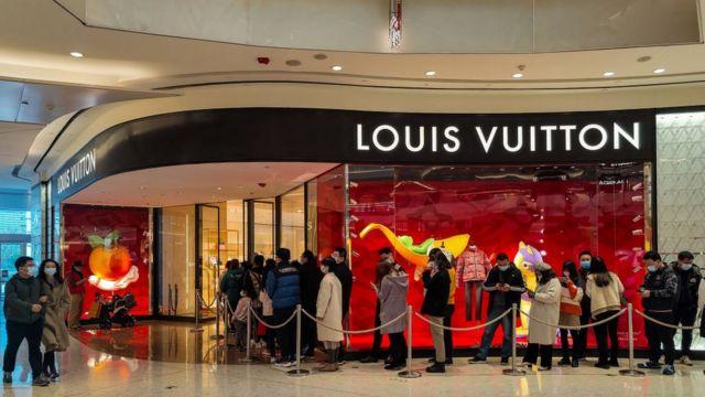 Compradores chineses fazem fila em frente a loja de luxo