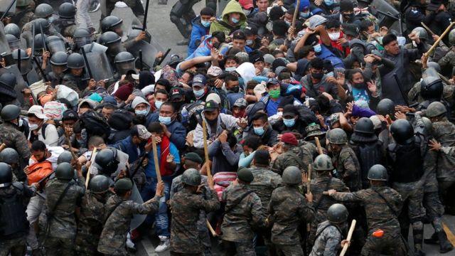 Enfrentamientos entre los migrantes y las fuerzas de seguridad de Guatemala.