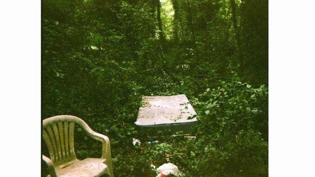 Imagen de una silla de plástico en un bosque.