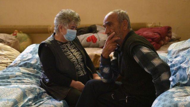 Вера и Шура Григорян из Карабаха в центре размещения беженцев в Ереване