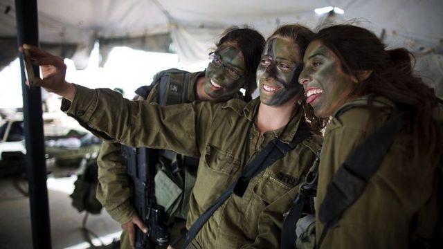 Jóvenes militares israelíes se toman un selfie juntas.