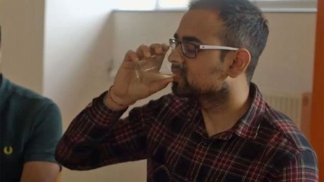 Homem bebendo vinagre de cidra