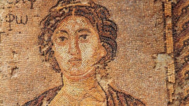 Fragmento de mosaico que representa Safo