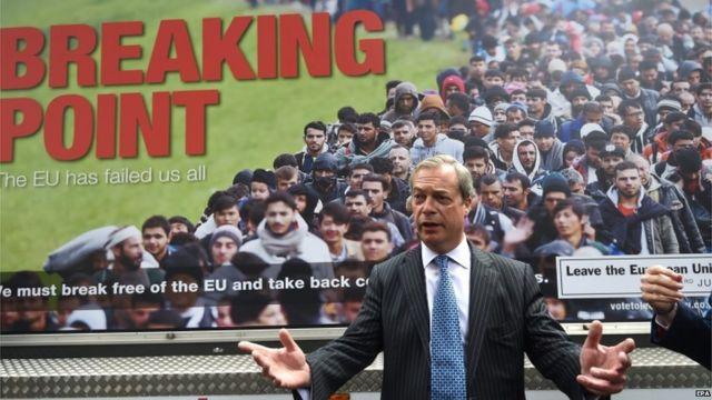 Nigel Farage frente a un poster de campaña