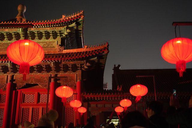城墙上红色灯笼随风摇曳,节日气氛随处可见。