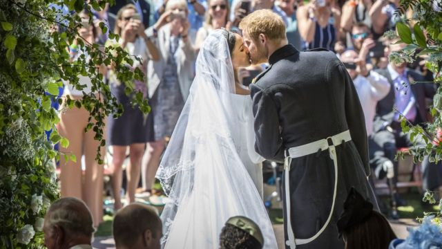 Prince Harry and Meghan Markle kiss of the steps of St George's Chapel