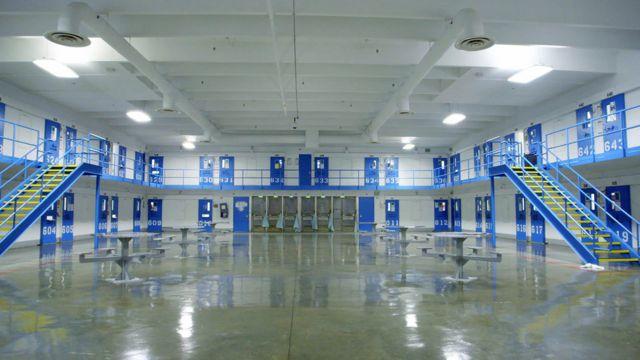 Pabellón de confinamiento solitario de la prisión de máxima seguridad Red Onion State Prison,